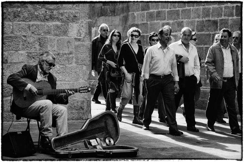 Straatmuzikant bij de  Basiliek van Barcelona